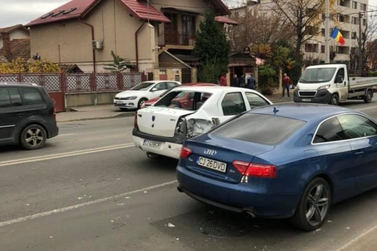 Accident grav pe strada Fabricii! Un șofer a rupt un stâlp de electricitate FOTO