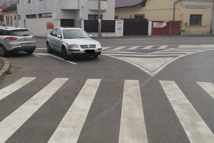"""""""Parcarea anului"""" la Cluj! Un șofer și-a lăsat mașina în intesecție, pe contrasens FOTO"""
