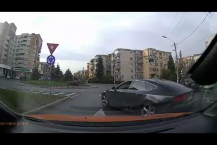 Șofer cocalar ce merită să fie pieton! Semne obscen, șicanare și folosirea benzii dedicate - VIDEO