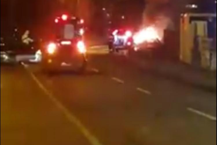 Un șofer a suferit infarct pe strada Sfântul Ion din Făget. Mașina a luat foc - VIDEO