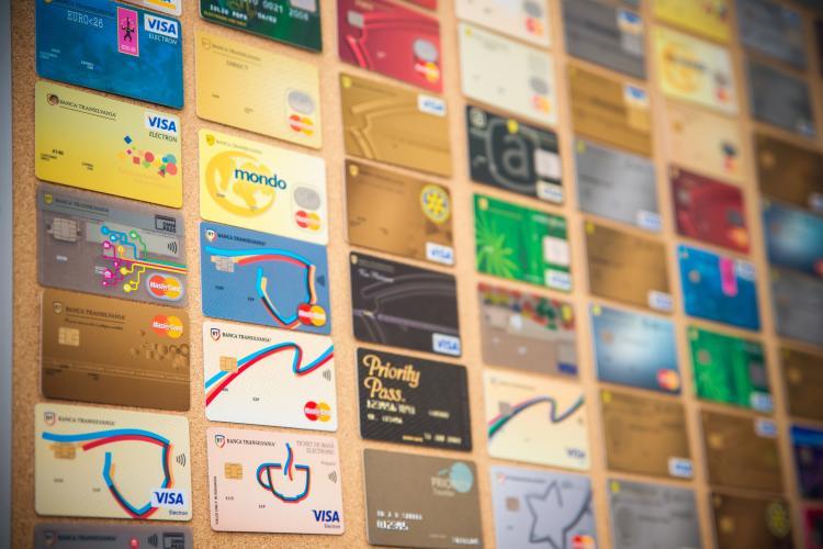 500.000 de carduri de credit emise de Banca Transilvania: de la cardul din portofel la cardul digital şi self-banking