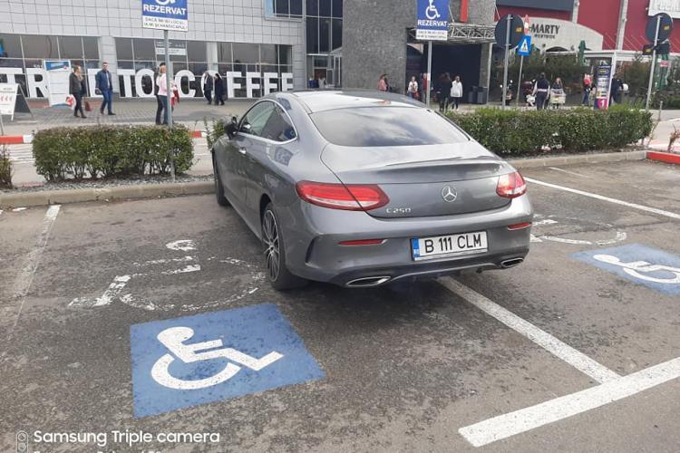"""Parcare nesimțită la Vivo! Șofer cu """"dublu handicap"""", arătat cu degetul de clujeni - FOTO"""