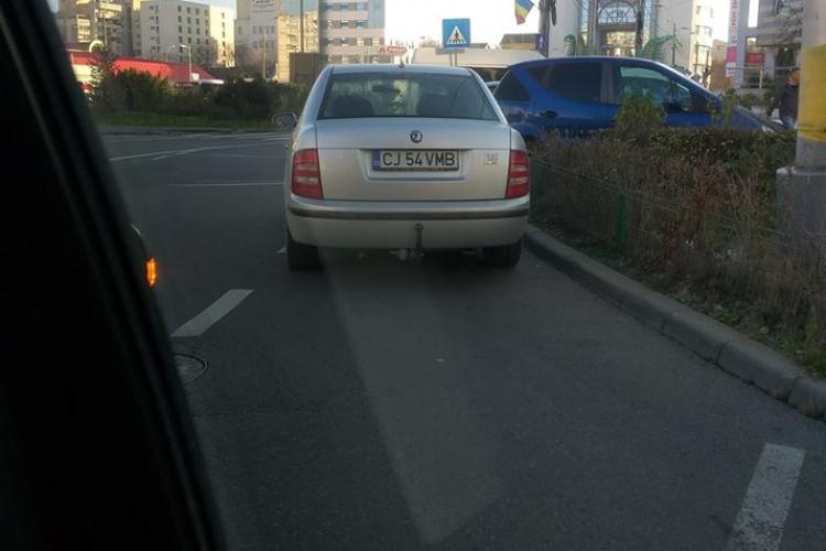 Tupeu maxim! Și-a parcat mașina în sensul giratoriu din Mărăști - FOTO