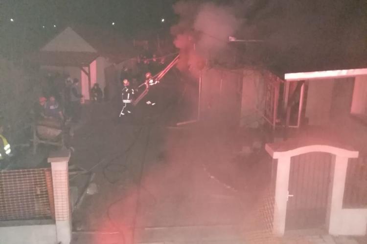 O casă a ars în Bonțida. Focul ar fi pornit de la centrala pe lemne - FOTO