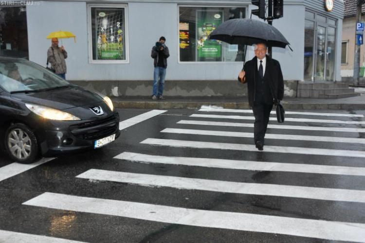 Boc continuă să meargă pe jos la locul de muncă: M-a prins ploaia, pentru că mă uit pe telefon