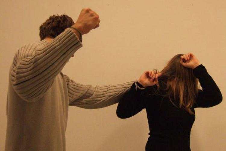 Clujean reținut pentru violență domestică. Și-a luat la bătaie propria soție