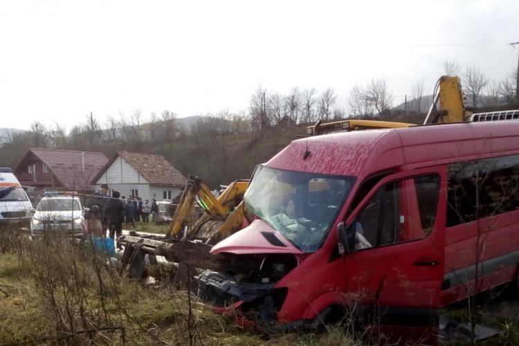 Accident între un autobuz și un excavator pe un drum din Cluj! Trei persoane au fost rănite FOTO