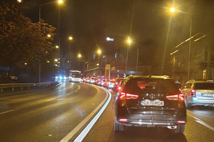 Sute de taximetriști au blocat traficul, joi seara, pe Calea Turzii. Cer mărirea tarifelor și ARUNCĂ amenințări - VIDEO