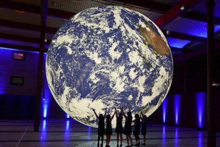 Pământul suspendat poate fi văzut la The Office, în Mărăști - FOTO