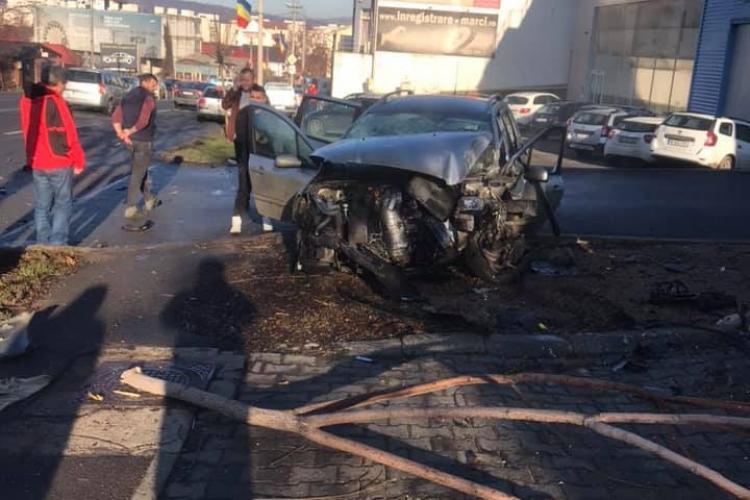 Un șofer și făcut mașina PRAF într-un accident pe Frunzișului. O persoana a ajuns la spital FOTO