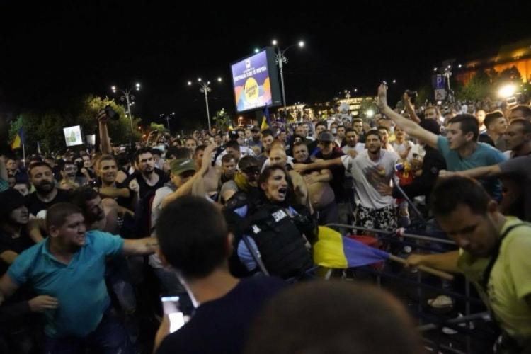 Agresorii care au bătut o jandarmeriță în timpul protestelor din 10 august au scăpat de închisoare