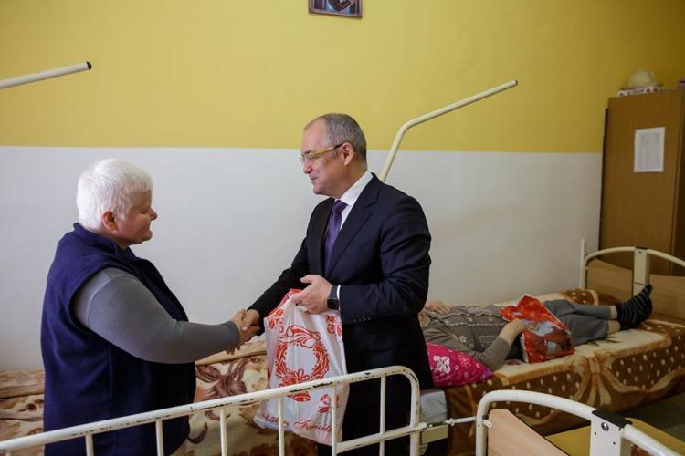 Boc le-a dus cadouri bătrânilor de la Centrul de îngrijire pentru vârstnici: Dacă puteți face un bine, să îl faceți FOTO
