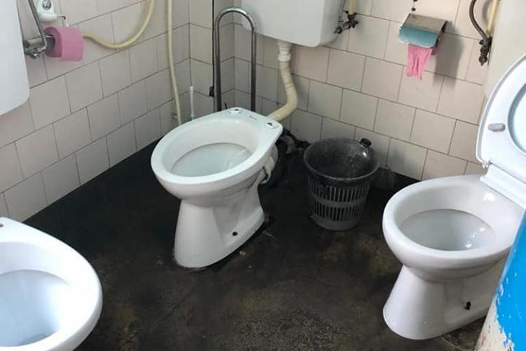 BĂTAIE MAXIMĂ DE JOC! Trei WC -uri în aceeași baie, într-un spital de femei din Cluj - FOTO