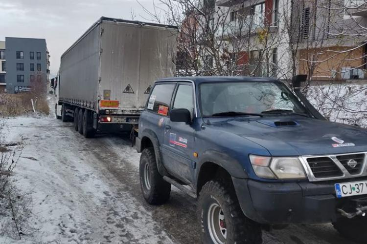 Camion blocat pe o stradă din Cluj, salvat de voluntarii de la CERT FOTO/VIDEO