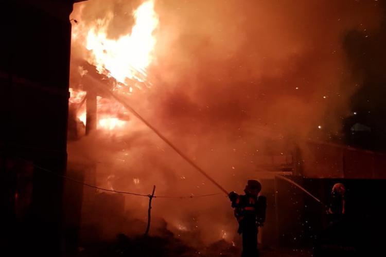 CLUJ: Un localnic și-a dat foc la gospodărie cu niște artificii aruncate de Revelion - VIDEO și FOTO