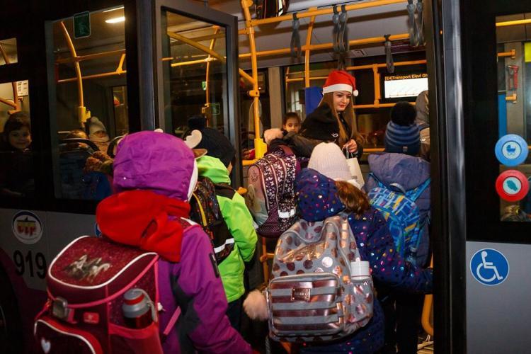 CLUJ: Elevii din autobuzele școlare au primit dulciuri de la Poliția Locală