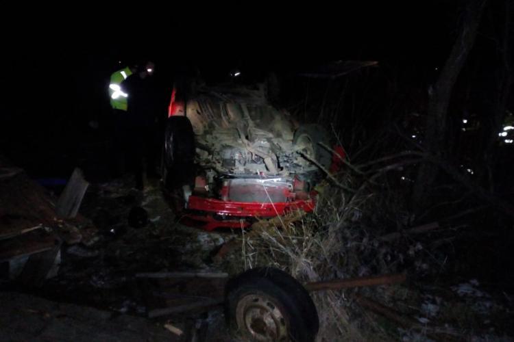 Șofer clujean mort în noaptea de Revelion. Mașina lui s-a răsturnat 50 de metri - FOTO
