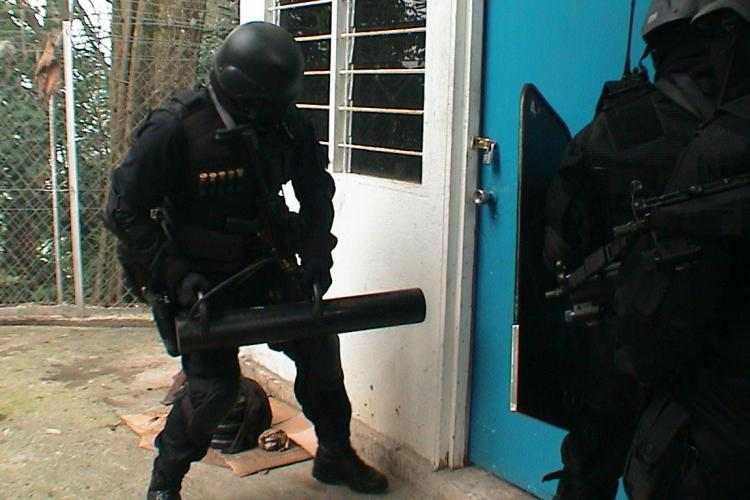 Poliția va putea sparge ușa fără mandat dacă există suspiciuni de comiterea unor infracțiuni grave