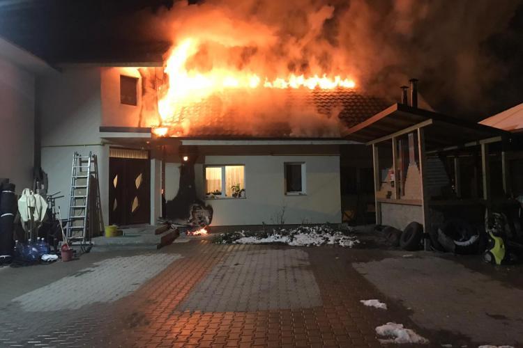 O casă s-a aprins pe strada Moș Ion Roată din Cluj-Napoca - VIDEO