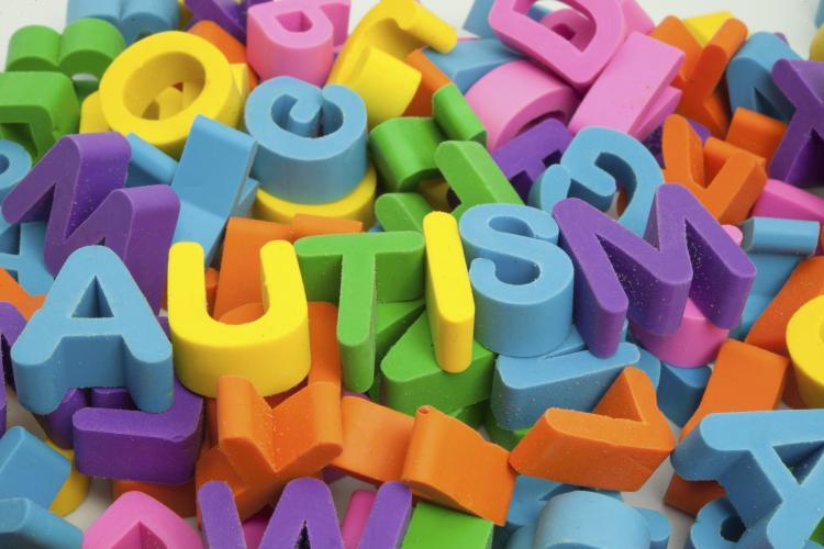Copil cu autism are nevoie de ajutor financiar. Familia face totul pentru Alex