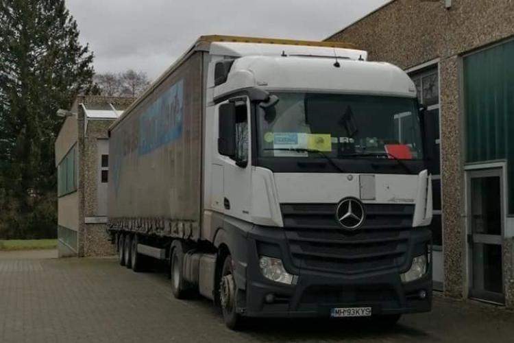 Șoferii din vama se dau la o parte pentru a trece un transport umanitar pentru Cluj