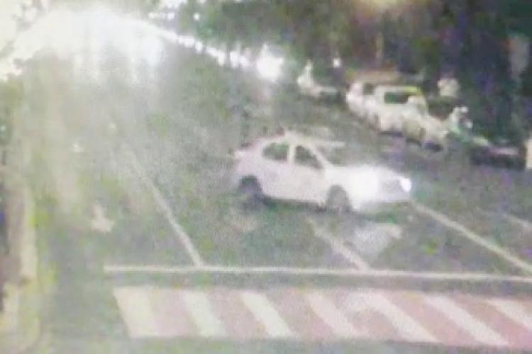 Cluj: Motociclist răsturnat în Piața Avram Iancu, după ce un taxi i-a tăiat mișelește calea - VIDEO cu momentul impactului