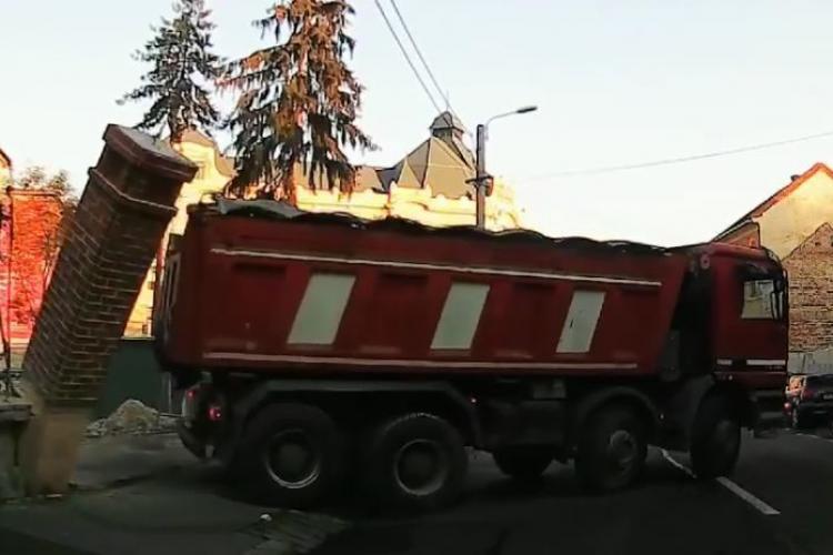 Pieton la un pas de moarte pe o stradă din Cluj. Ce riscă şoferul camionului - VIDEO