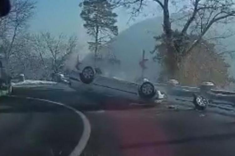 BMW răsturnat în curbă. Tot momentul a fost filmat de un alt șofer - VIDEO