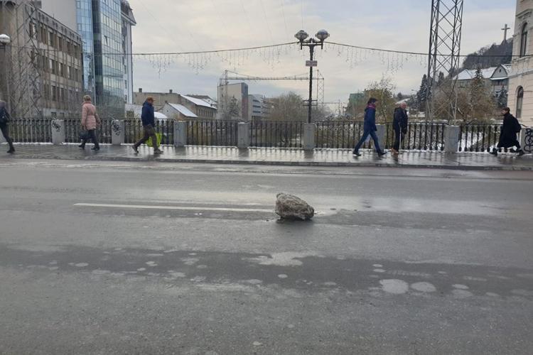 """""""Ghețar"""" pe podul Horea, din Cluj-Napoca. Atenție la mașini - FOTO FUNNY"""