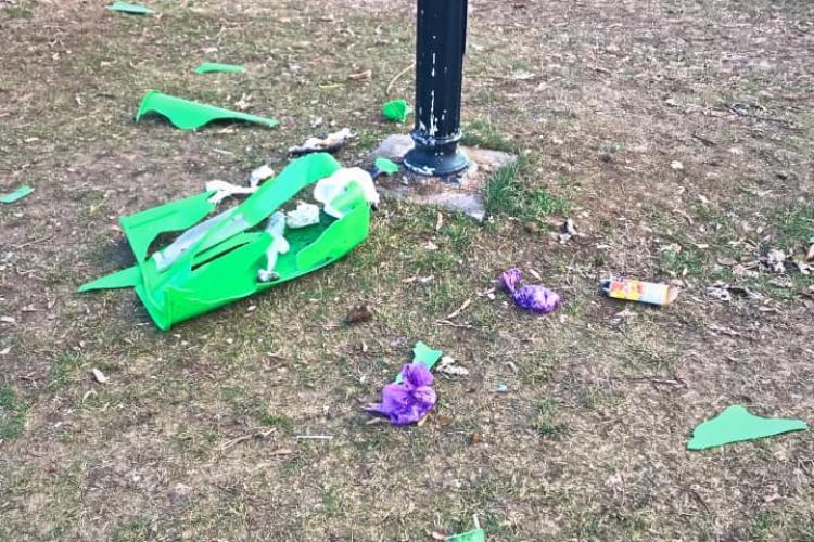 Parcul de pe Cetățuie vandalizat. Arată ca după război, după ce au pus petarde în coșurile de gunoi - FOTO