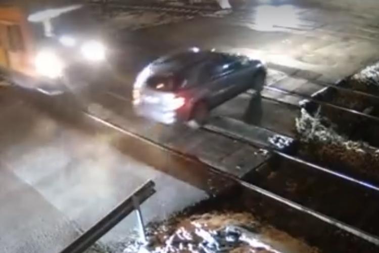 Cluj: Vorbea la telefon și putea fi spulberat de tren! A scăpat ca prin MINUNE, dar a rămas fără permis - VIDEO