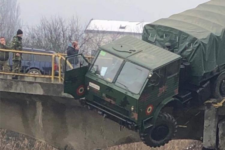 CLUJ: Camion militar la un pas să cadă de pe un pod. O persoană a fost rănită - FOTO