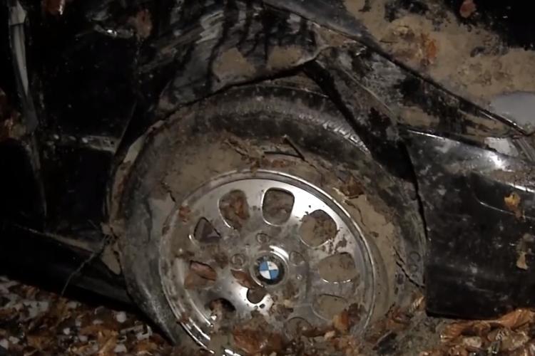 BMW cu cauciucuri de vară a plonjat până în pădurea de pe strada Sfântul Ion - VIDEO