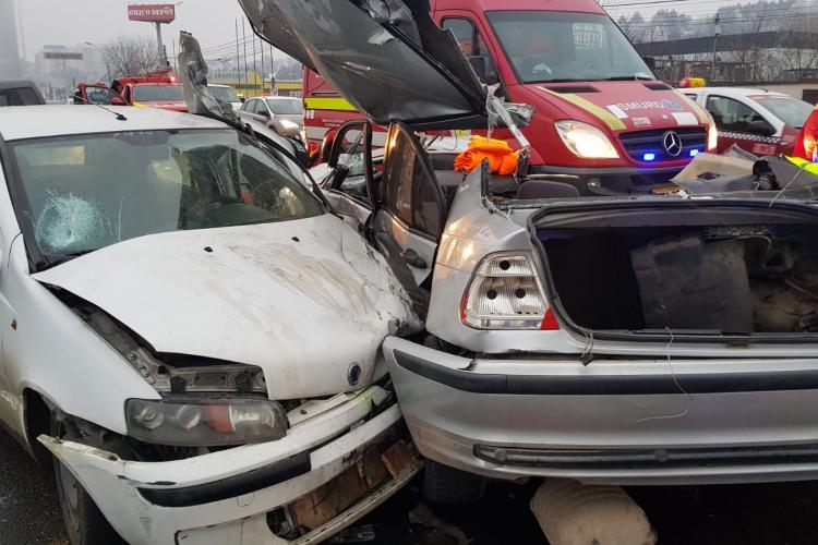 Autospecială de pompieri, lovită de un șofer înainte de accidentul de la Vivo - Florești. Pompierii au cărat în spate echipamentele VITALE