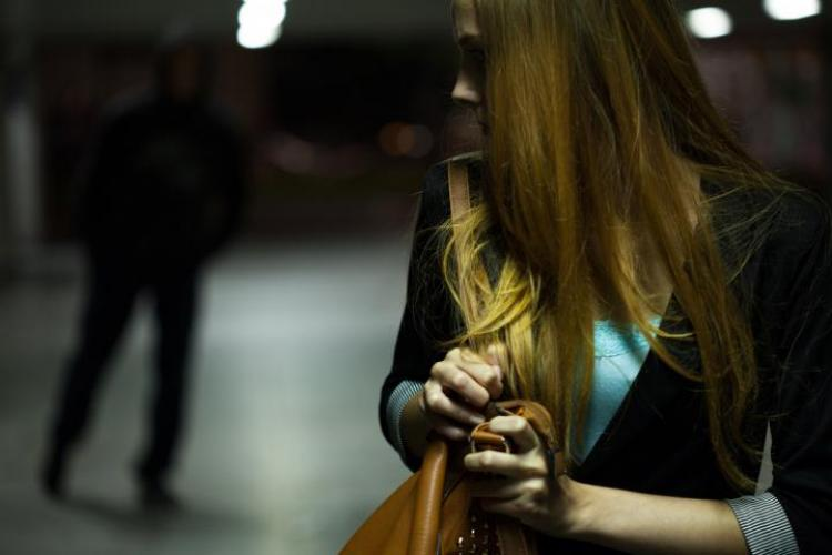 Clujean reținut de polițiști după ce a hărțuit o femeie pe internet! A ajuns să o urmărească și pe stradă
