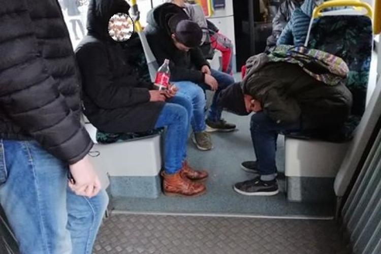 Tineri drogați în tramvaiul 102, ziua în amiaza mare! Clujenii cer mai multă poliție în mijloacele de transport în comun - FOTO