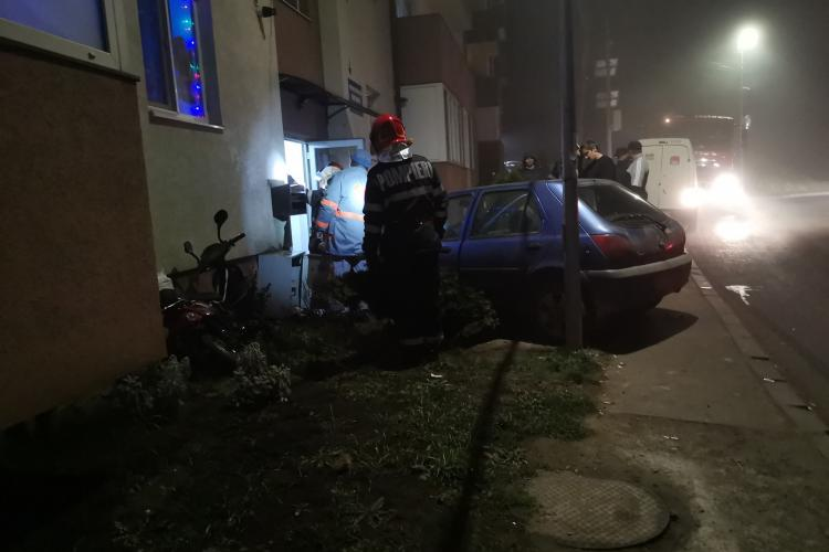 Accident în Florești, pe strada Cetății! A intrat cu mașina în scara blocului - FOTO