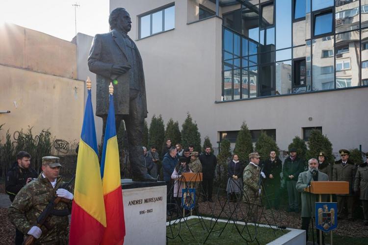 Statuia poetului Andrei Mureșanu, amplasată la intrare în cartierul cu același nume - FOTO