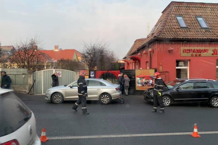 Accident cu două mașini pe Calea Turzii! O persoană a fost rănită FOTO