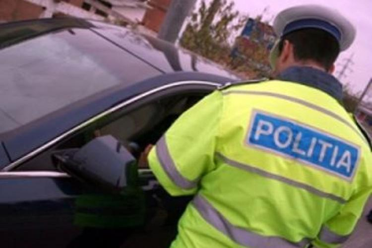 CLUJ: Șofer reținut de polițiști după ce a fost prins la volan fără permis