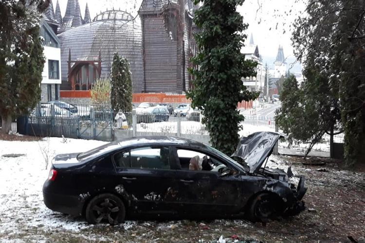 Accident în toiul nopții în Grigorescu! Un șofer a ajuns cu mașina în curtea clădirii Radio Cluj apoi a fugit FOTO