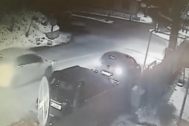 A lovit o mașină în Feleacu și a fugit - VIDEO