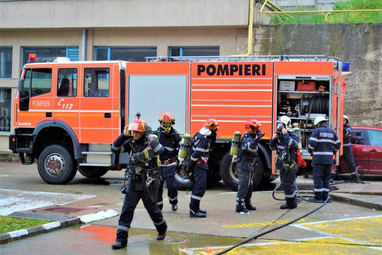 Incendiu la un bloc din Mănăștur, aflat în renovare. Pompierii s-au cățărat pe schele pentru a stinge flăcările