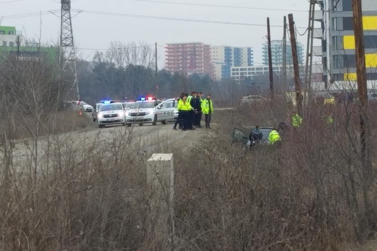 Urmărire ca în filme, cu focuri de armă, la Cluj! Un șofer a avariat mai multe autospeciale de Poliție și a zburat cu mașina în șanț - VIDEO / FOTO