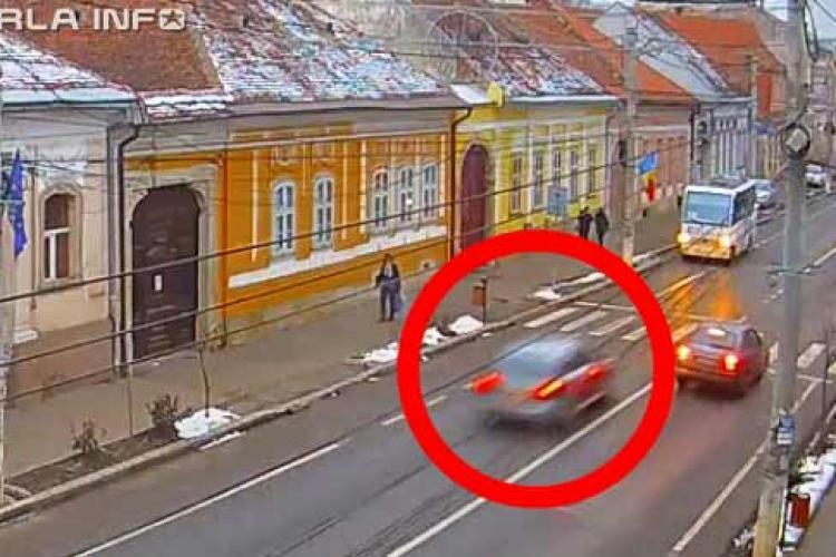 Un Audi gri FILMAT cum a fugit de poliție prin Gherla și Dej! A făcut accident și a rulat pe trotuar, printre pietoni - VIDEO