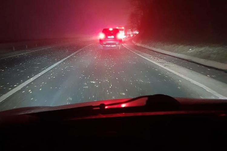 """""""Ploaie"""" de pietre în Baciu, pe strada principală. Poliția l-a prins pe vinovat. 7 mașini avariate - FOTO"""