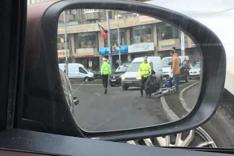 Biciclist lovit de mașină în sensul giratoriu, în Mărăști FOTO