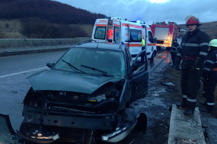 Accident pe un drum din Cluj. Un șofer s-a răsturnat cu mașina pe marginea drumului FOTO