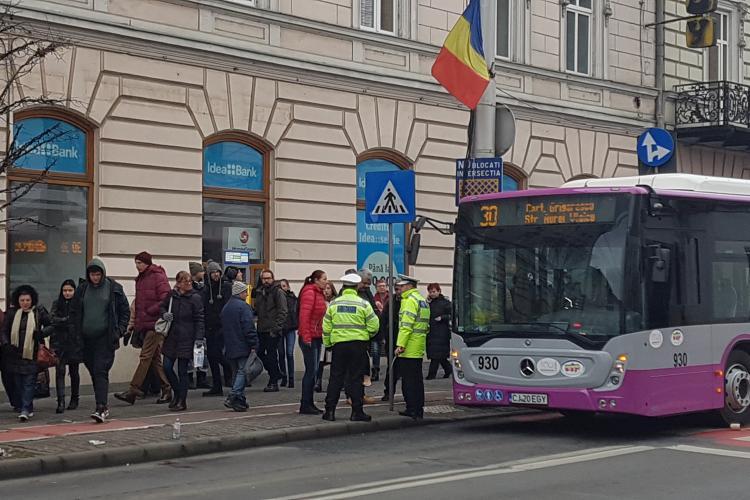 Accident lângă Melody! Tânără lovită de un autobuz - VIDEO și FOTO