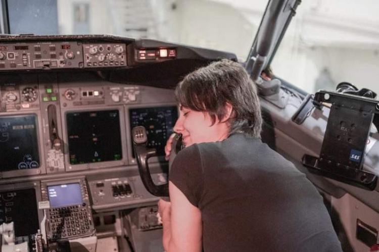 O tânără plănuiește să se mărite cu un avion Boeing, cu care are o relație de 6 ani